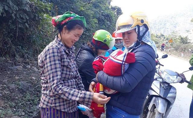 Hai cô giáo giúp sản phụ sinh con bên đường trong giá rét - Ảnh 1.