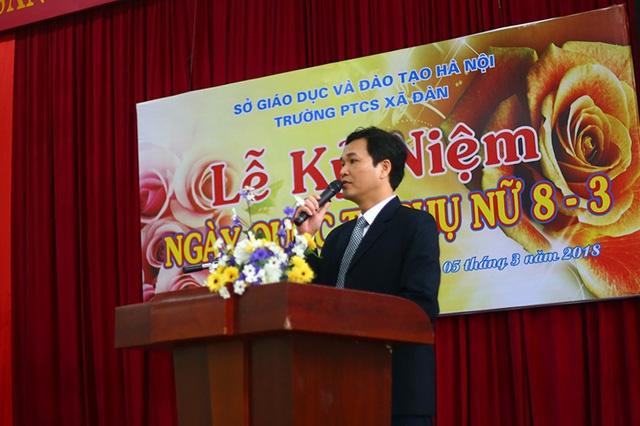 Thầy Phạm Văn Hoan, Hiệu trưởng nhà trường bày tỏ sự tri ân đến những cô giáo đã đồng hành cùng sự nghiệp giúp đỡ các bạn học sinh khuyết tật của trường.
