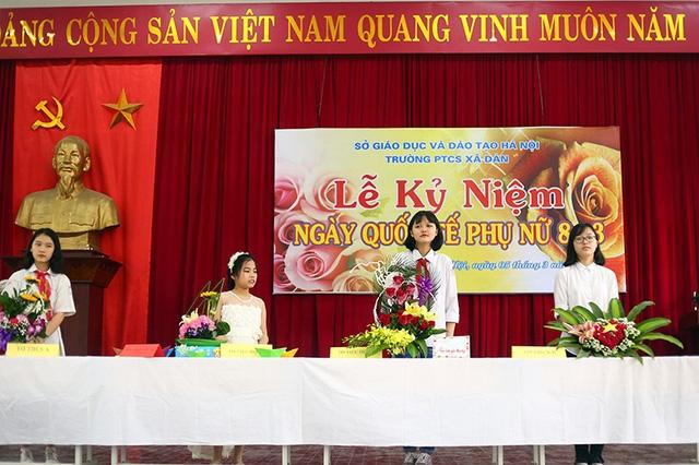 Tại buổi sinh hoạt đầu tuần, các bạn học sinh của các khối trường đã hào hứng tham gia cuộc thi cắm hoa để dành tặng các cô giáo, những người bà, người mẹ của mình dịp Quốc tế Phụ nữ