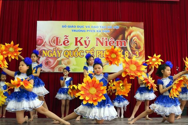 Những điệu múa uyển chuyển thêm phần đặc biệt do được trình diễn bởi các bạn học sinh khiếm thính, không nghe được giai điệu nhạc.