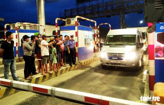 Tài xế van xin bao nhiêu tiền cũng trả để qua trạm T2 BOT - Ảnh 2.