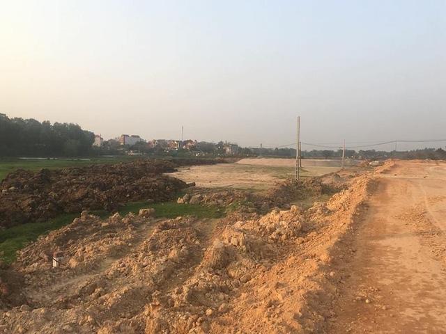 Đất bóc mầu, đất không đủ điều kiện đắp nền dọc tuyến đường cao tốc đang thi công có khối lượng rất lớn.