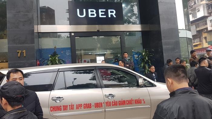 Tài xế Uber, Grab tại Hà Nội tập trung phản đối mức chiết khấu - Ảnh 2.