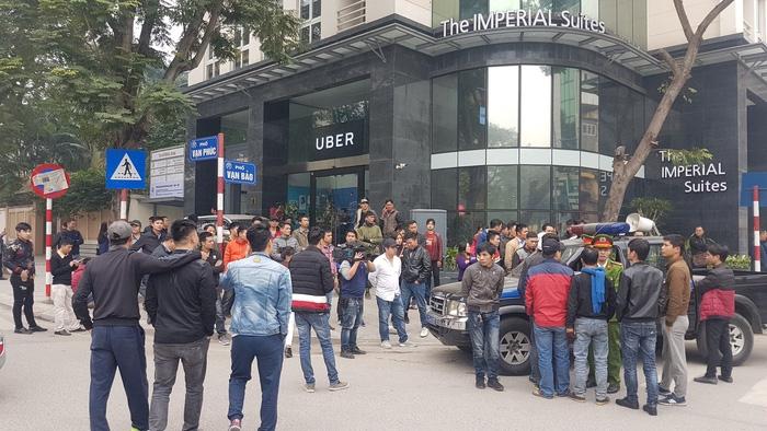Tài xế Uber, Grab tại Hà Nội tập trung phản đối mức chiết khấu - Ảnh 4.