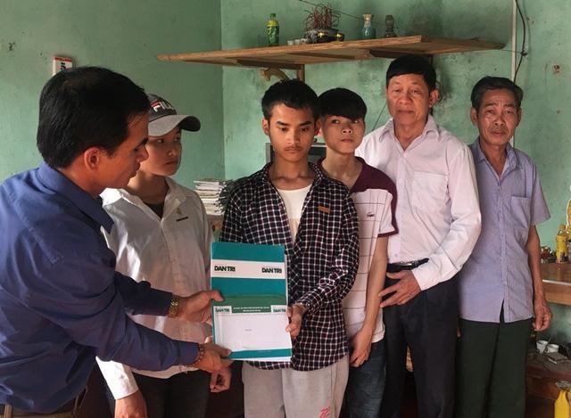PV Dân trí và đại diện chính quyền địa phương trao quà bạn đọc ủng hộ tới hoàn cảnh gia đình em Phạm Đình Hưng