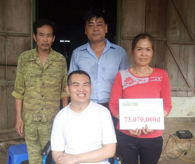 PV báo Dân trí tại Hòa Bình trao tiền bạn đọc ủng hộ qua Quỹ Nhân ái cho bà Phạm Thị Liên (mã số 2812) số tiền 73.070.000đ.