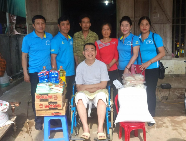 CLB Thiện nguyện Áo Xanh TP Hòa Bình hỗ trợ gia đình bà Phạm Thị Liên 12 tháng lương thực cùng nhu yếu phầm cần thiết hàng ngày