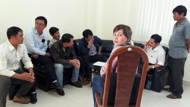 Những nhân viên công tác lâu năm tại các UBND xã kéo nhau lên Sở Nội vụ để mong được xem xét