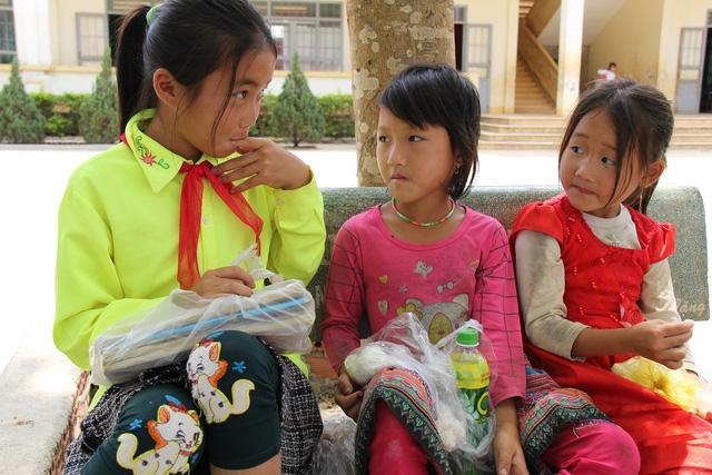 Hai chị em Lam là trong số những đứa trẻ phải ăn cơm trưa tại trường vì nhà quá xa