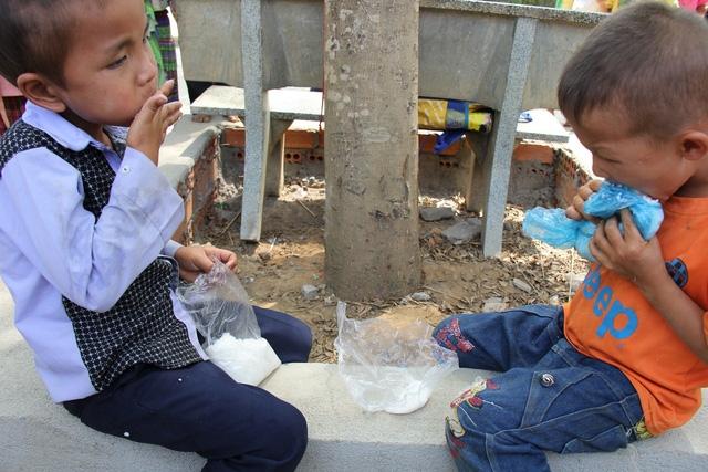 Do buổi sáng nhịn đói đi học, lại phải đi một quãng đường dài nên nhiều em ăn cơm rất ngon lành.