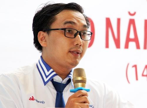 Hiệu trưởng Bùi Gia Hiếu kể chuyện liệt sĩ Trần Văn Phương cho học sinh. Ảnh: Mạnh Tùng.