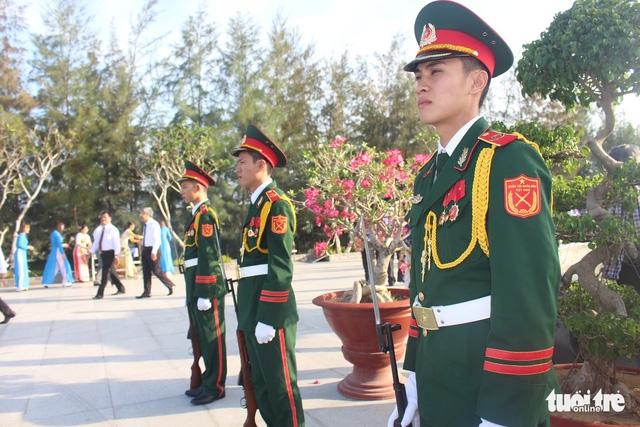 Lãnh đạo tỉnh Khánh Hòa và huyện Trường Sa tưởng niệm liệt sĩ Gạc Ma - Ảnh 9.