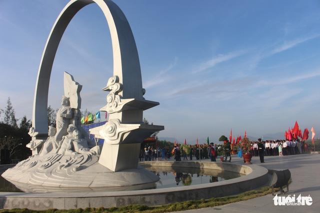 Lãnh đạo tỉnh Khánh Hòa và huyện Trường Sa tưởng niệm liệt sĩ Gạc Ma - Ảnh 1.