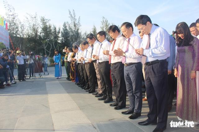 Lãnh đạo tỉnh Khánh Hòa và huyện Trường Sa tưởng niệm liệt sĩ Gạc Ma - Ảnh 3.