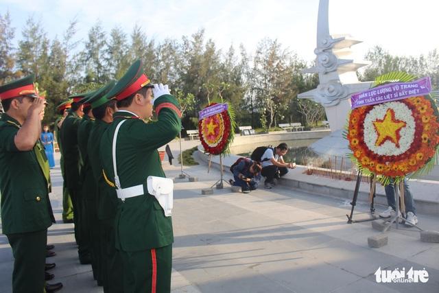 Lãnh đạo tỉnh Khánh Hòa và huyện Trường Sa tưởng niệm liệt sĩ Gạc Ma - Ảnh 7.