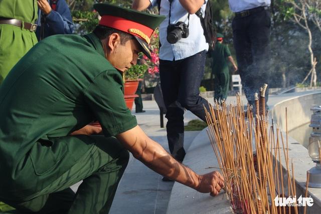 Lãnh đạo tỉnh Khánh Hòa và huyện Trường Sa tưởng niệm liệt sĩ Gạc Ma - Ảnh 8.