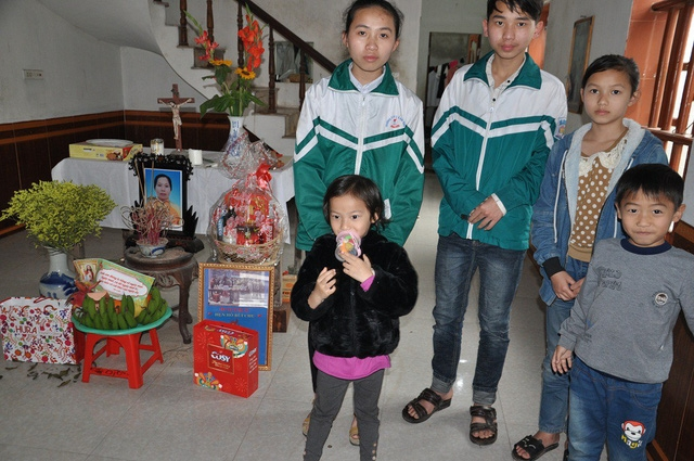 5 chị em cô bé Hoài bên tấm di ảnh của mẹ.