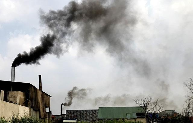 Những cột khói độc hại ngày đêm xả khí thải độc hại ra môi trường.