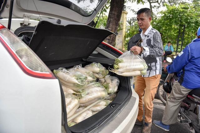 Thành viên nhóm giải cứu cho biết sẽ bán củ cải ở một số điểm nữa để giúp nông dân Tráng Việt.
