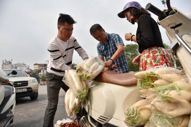 Một người mua số lượng nhiều, treo buộc khắp xe máy.