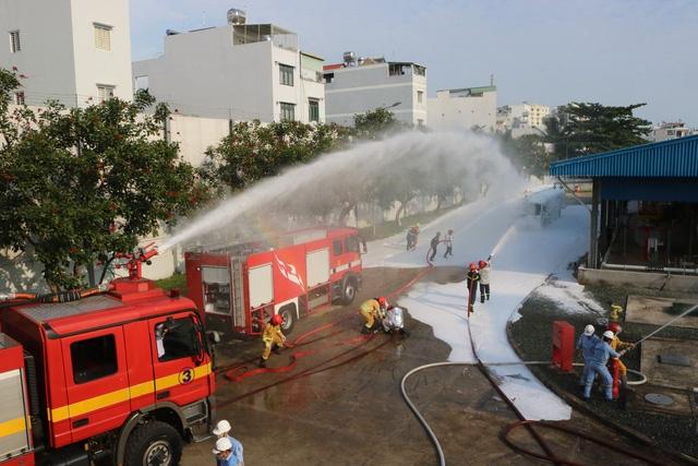 Lực lượng PC&CC dập lửa tại kho chứa nhiên liệu sân bay Tân Sơn Nhất