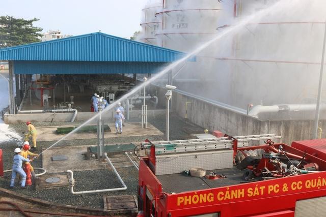 Kho xăng dầu cung cấp nhiên liệu cho máy bay trong tình huống giả định bị cháy nổ