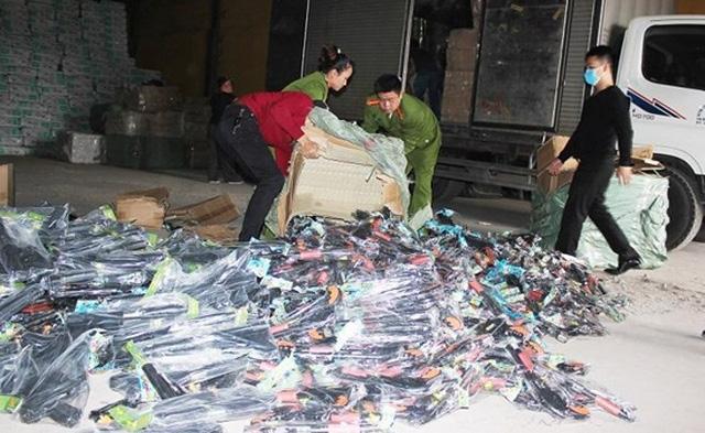 Cảnh sát kinh tế phát hiện hơn 2.000 khẩu súng nhựa vận chuyển qua địa bàn (ảnh báo CAND)