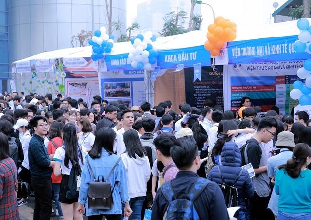 Hàng nghìn thí sinh tham dự ngày hội tuyển sinh của trường ĐH Kinh tế quốc dân