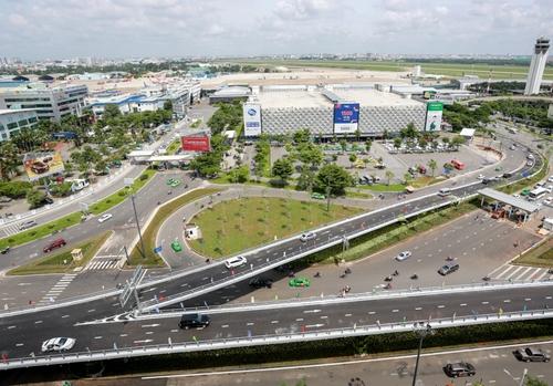 Hai cầu vượt vào sân bay Tân Sơn Nhất không thể giảm kẹt xe. Ảnh: Quỳnh Trần.