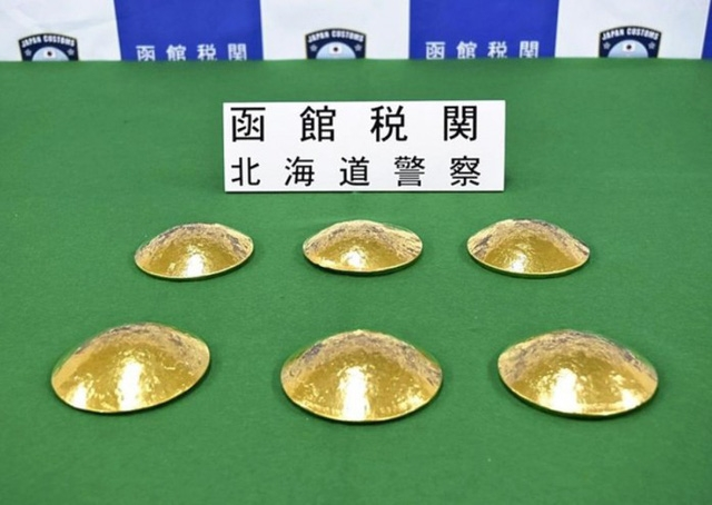6 miếng vàng được đúc thành hình miếng độn áo ngực của 3 người phụ nữ Đài Loan nặng tới 10,5 kg. (Nguồn: Hakodate Customs)