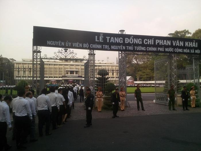 Hàng ngàn người tiễn cố Thủ tướng Phan Văn Khải về đất mẹ - Ảnh 1.