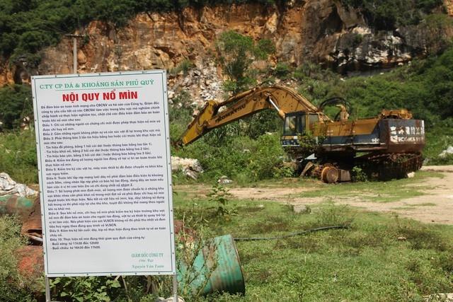Một chiếc máy múc của Cty CP đá và khoáng sản Phủ Quỳ đã đắp chiếu, hư hỏng không còn bảo dưỡng nữa.
