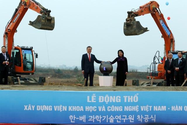 Phó Chủ tịch nước Đặng Thị Ngọc Thịnh và Tổng thống Moon Jae In tại buổi lễ động thổ.