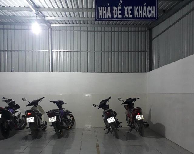 Xe cộ người dân phải gửi ở trụ sở UBND xã vì không thể mang về nhà