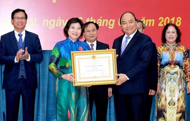 Thủ tướng trao Huân chương Lao động hạng Nhì cho Thứ trưởng Bộ Xây dựng Phan Thị Mỹ Linh.