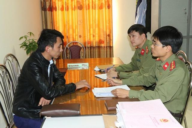 Cán bộ PA81 Công an Hà Tĩnh thẩm vấn Lê Văn Phú về các nội dung tố cáo lừa đảo của người dân