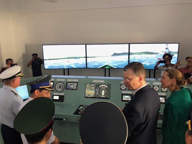 Phái đoàn thăm quan máy mô phỏng hàng hải (Ảnh: Đại sứ quán Mỹ tại Việt Nam)