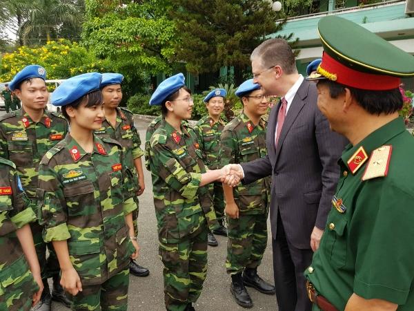 Đại sứ Mỹ thăm hỏi các y bác sĩ của bệnh viện dã chiến cấp 2 chiều 16/1. Ảnh: Lê Phương.