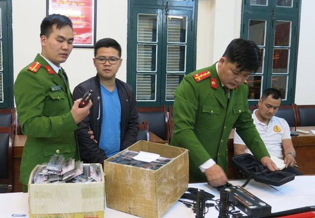 Triệt phá kho hàng nóng chứa nhiều vũ khí, công cụ hỗ trợ - Ảnh 1.