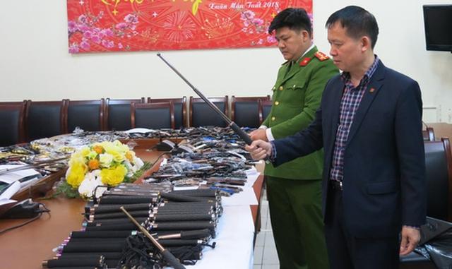 Triệt phá kho hàng nóng chứa nhiều vũ khí, công cụ hỗ trợ - Ảnh 2.