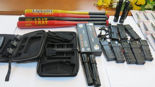 Triệt phá kho hàng nóng chứa nhiều vũ khí, công cụ hỗ trợ - Ảnh 4.