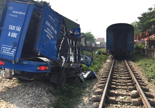 Xe tải bị hư hỏng nặng sau cú đâm của tàu SE5. Ảnh: Xuân Hoa.