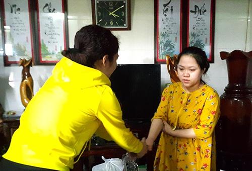 Bị can Nghĩa (bên trái) bắt tay nạn nhân Hiên sau khi đọc thư xin lỗi chiều 2/4. Ảnh: Nguyễn Hải.