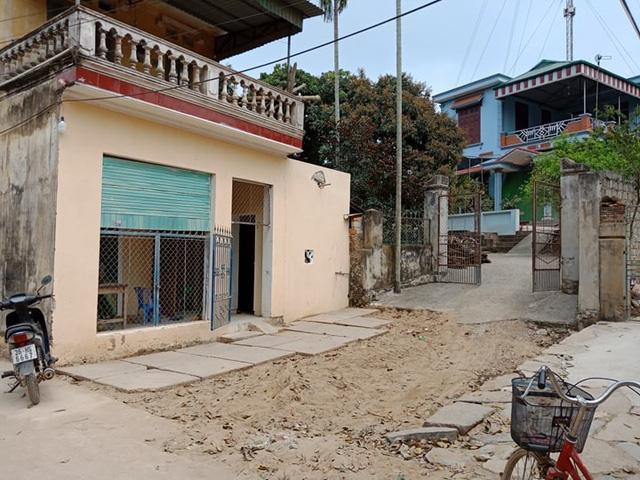 Trong khi chờ cơ quan chức năng giải quyết, nhiều lần gia đình bà Thủy tìm cách xây bịt toàn bộ mảnh đất trước cửa chặn lối đi của gia đình bà Xuân.