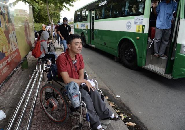 Bị phạt 1- 3 triệu đồng nếu không giúp người khuyết tật - Ảnh 1.