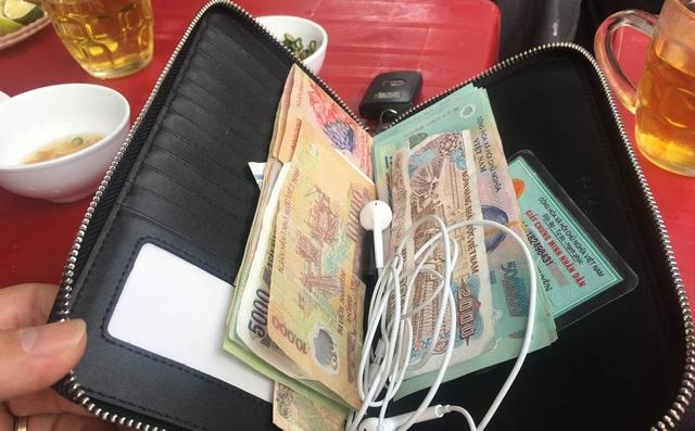 Chiếc ví với số tiền 33 triệu đồng bỏ quên tại quán.