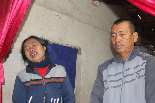 Vợ ông Trực khóc ngất trước cái chết đầy oan nghiệt của con gái.