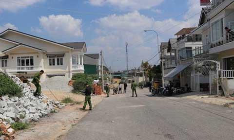 Lực lượng chức năng khám nghiệm xung quanh hiện trường vụ nổ súng khiến 2 cha con trúng đạn