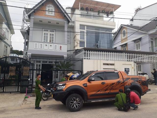 Chiếc xe bán tải của Tuấn đậu trước nhà ông B. cũng bị trúng đạn