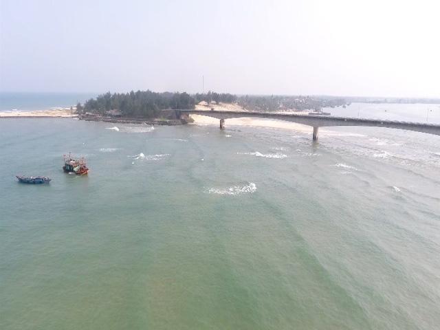 Cửa biển Cửa Tùng, huyện Vĩnh Linh đang bị bồi lấp nặng khiến tàu thuyền ra vào khó khăn